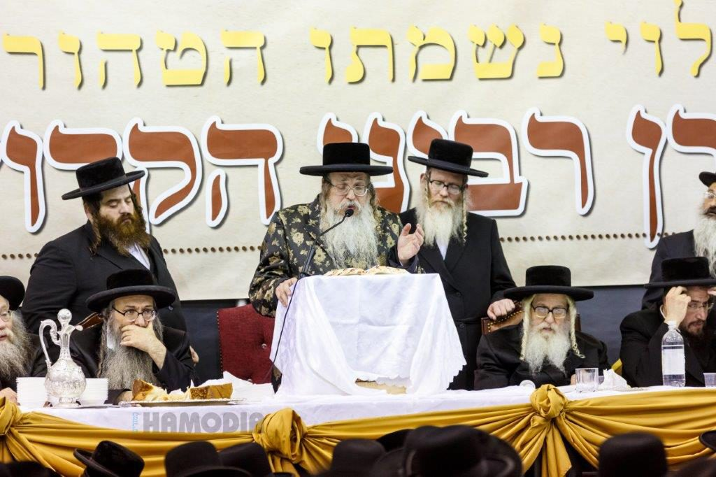 """The Tosher Rebbe, shlita, speaks at the yahrtzeit tisch, of his father, the Tosher Rebbe, zy""""a, Wednesday, 27 Av. (JDN)"""