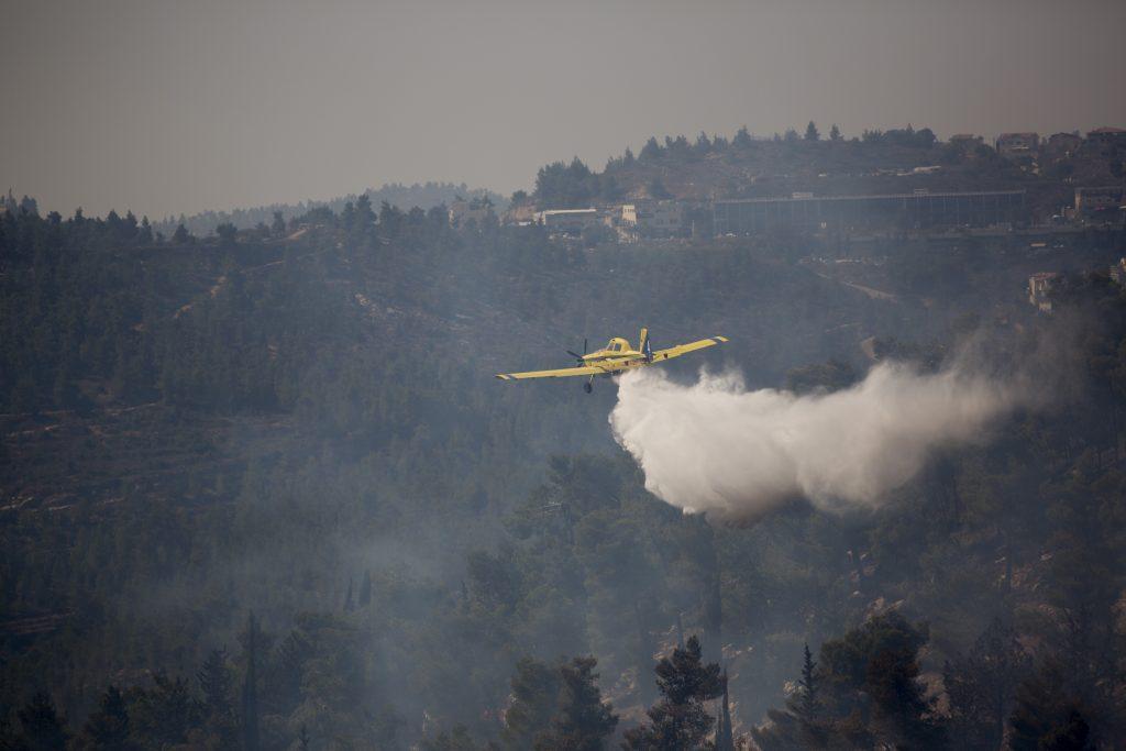 A firefighter plane in action over Yerushalayim's Ein Kerem neighborhood on Sunday. (Yonatan Sindel/Flash90)