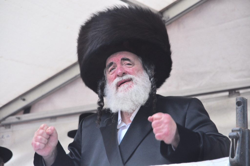The Vizhnitzer Rebbe leads the dancing at the hachnasas sefer Torah. (Lawrence Purcell)