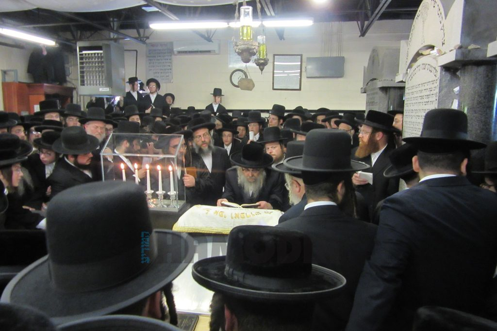 """The Satmar Rebbe leads tefillos at the kever of his uncle, the Satmar Rebbe, zy""""a, in Kiryas Yoel. (JDN)"""