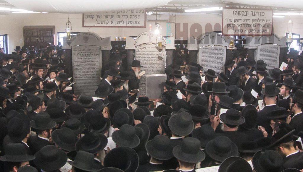 The Satmar Rebbe of Williamsburg, Harav Zalman Leib Teitelbaum, shlita, says Kaddish after the Siyum at the yahrtzeit tisch, Tuesday. (JDN)