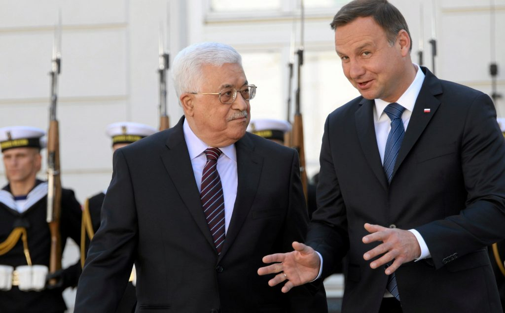 Poland's President Andrzej Duda (R) welcomes Palestinian President Mahmoud Abbas at the Presidential Palace courtyard in Warsaw, Poland, September 6, 2016. Agencja Gazeta/Slawomir Kaminski/via REUTERS ATTENTION EDITORS - THIS IMAGE WAS PROVIDED BY A THIRD PARTY. EDITORIAL USE ONLY. POLAND OUT. NO COMMERCIAL OR EDITORIAL SALES IN POLAND.