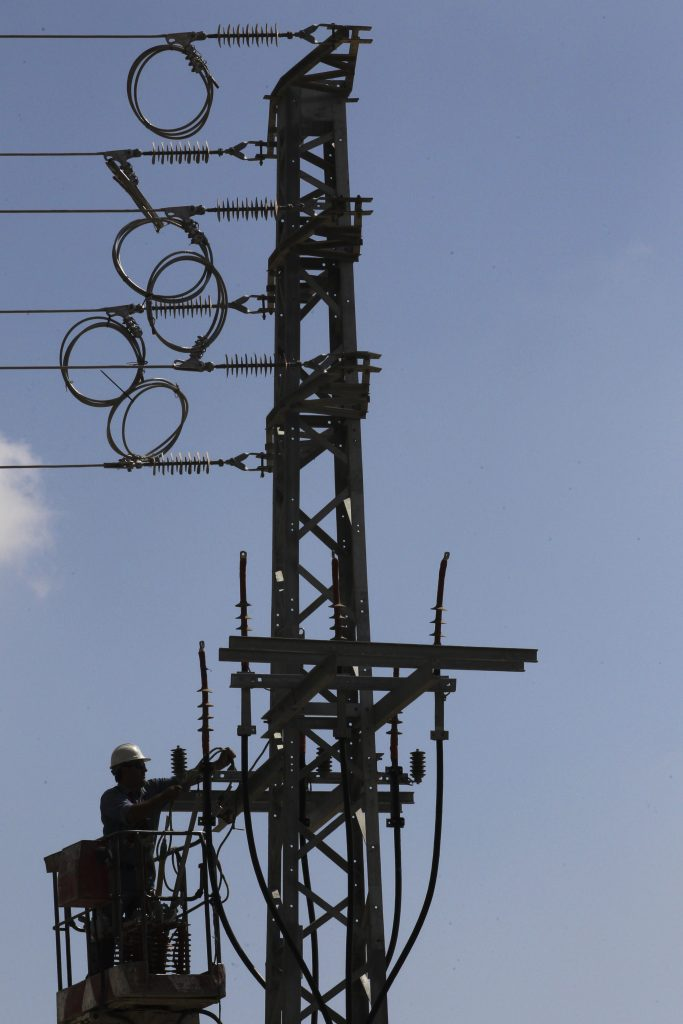 (Flash 90) An Israel Electricity Company worker performing maintenance on a utility pole.