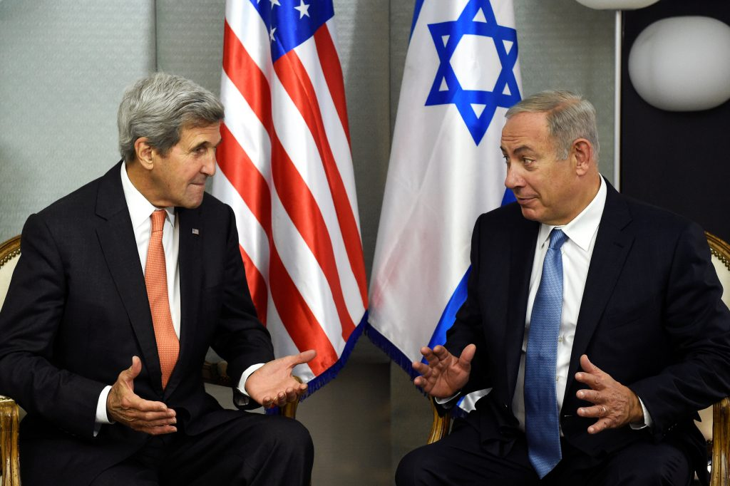 U.S. Secretary of State John Kerry (L) meets with Israeli Prime Minister Benjamin Netanyahu in Manhattan, New York, U.S., September 23, 2016. REUTERS/Darren Ornitz