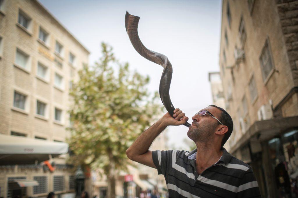 Blowing shofar on Ben Yehuda Street in central Yerushalayim. (Hadas Parush/Flash90)
