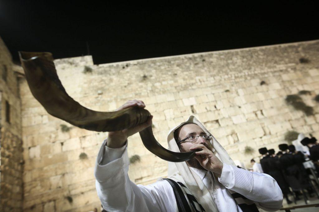 An Ultra Orthodox Jewish man dressed blows the shofar horn at the Western Wall in Jerusalem's Old City, at the end of Yom Kippur, the Day of Atonement, and the holiest of Jewish holidays. Israel came to a standstill for 25-hours during the high holiday of Yom Kippur when observant Jews fast and Israelis are prohibited from driving. October 12 2016. Photo by Flash90 *** Local Caption *** éåí ëéôåø ëéôåøéí çøãé ìáï çìå÷ éøåùìéí äëåúì îòøáé úå÷ò ùåôø ú÷éòä
