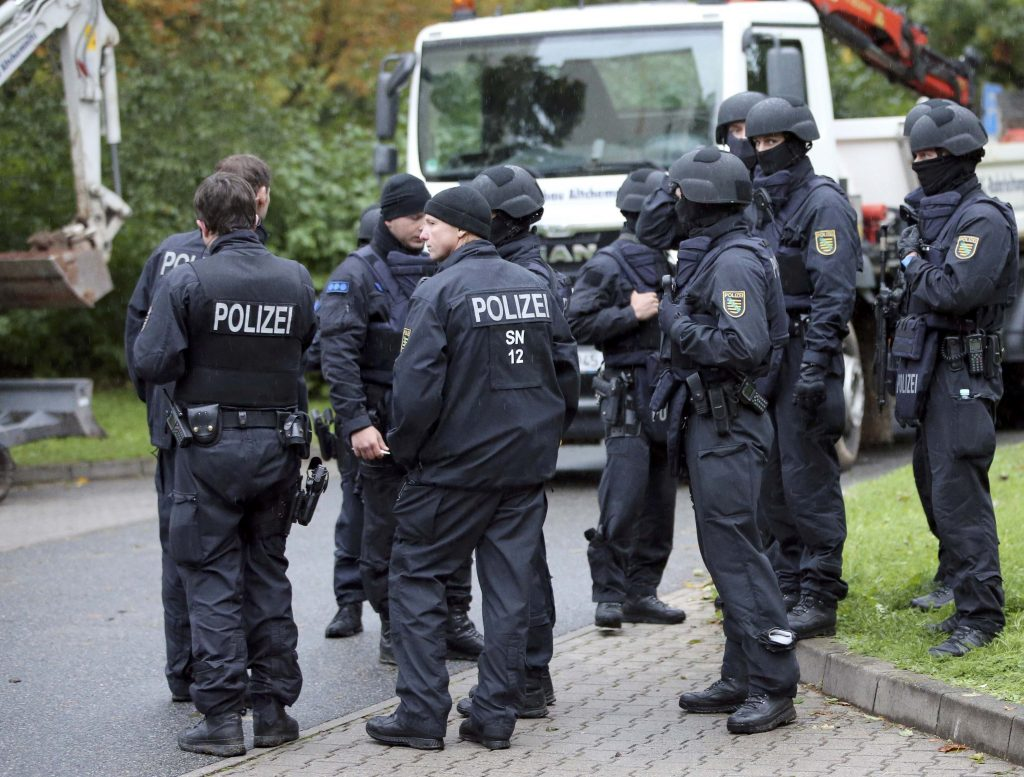 German special policemen search a housing area in the eastern city of Chemnitz on suspicion that a bomb attack was being planned in Germany, October 8, 2016. REUTERS/Fabrizio Bensch