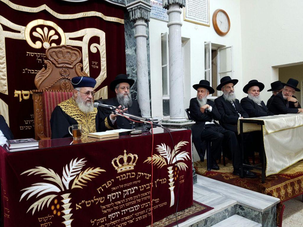 Harav Yitzchak Yosef delivers the main shiur. to his left, Harav David Yosef. (Yaakov Cohen)