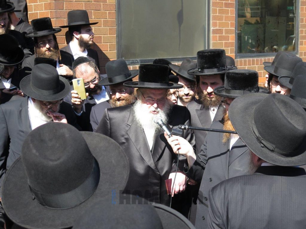 The Munkatcher Rebbe delivers a hesped at the levayah in front of the Munkatch beis medrash. (JDN)