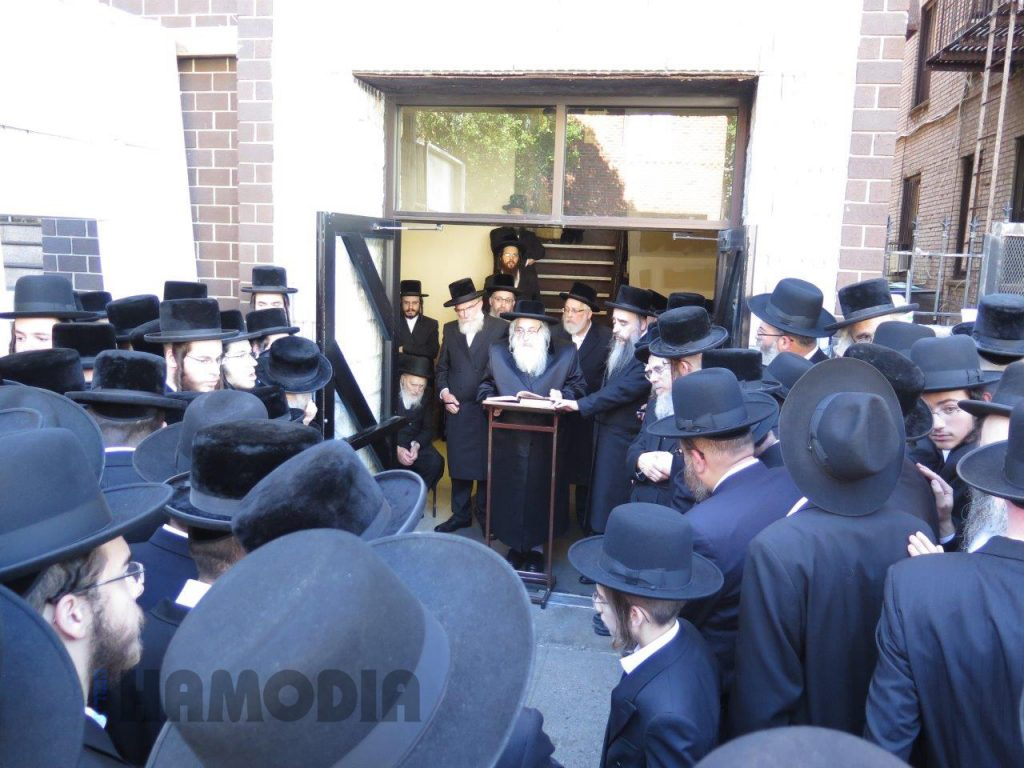 The Sanz-Klausenberg Rebbe delivers a hesped at the levayah in front of the Sanz-Klausenberg beis medrash. (JDN)
