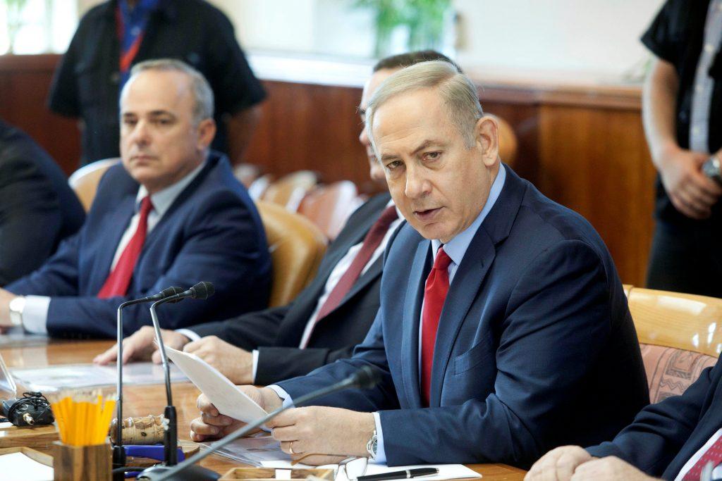 Israeli Prime Minister Benjamin Netanyahu attends a weekly cabinet meeting in Jerusalem October 30, 2016. REUTERS/Dan Balilty/Pool