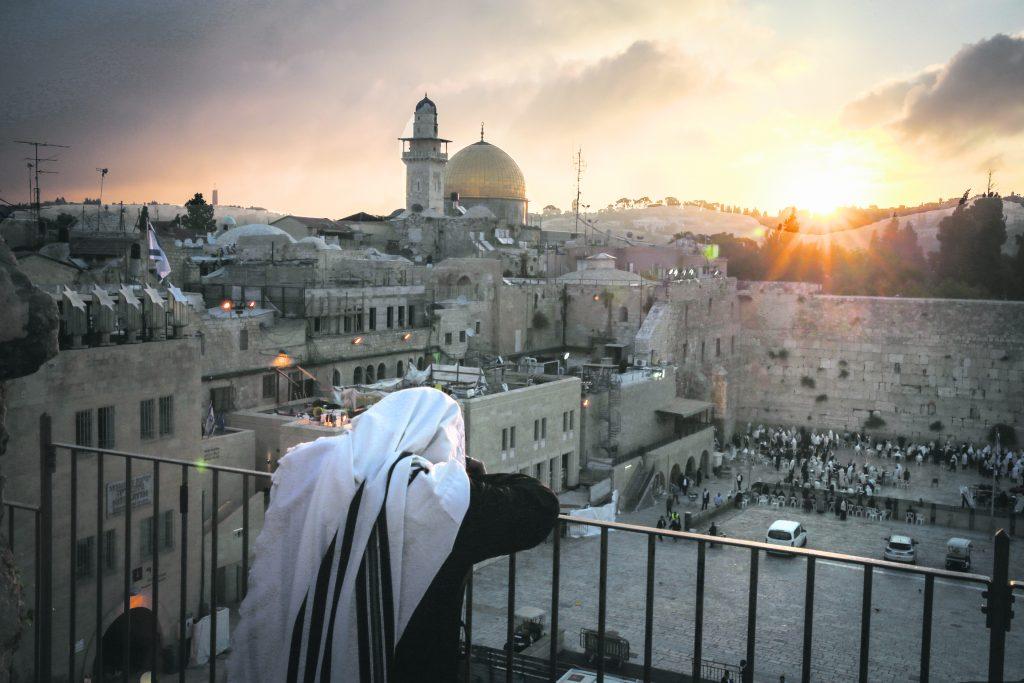 "Ultra Orthodox Jews attend a priestly blessing at the Western Wall as the sun rises on on May 25, 2016, in Jerusalem's Old City. Photo by Yossi Zamir/Flash90 *** Local Caption *** ׳""׳›׳•׳×׳œ ׳ž׳¢׳¨׳'׳™ ׳ž׳×׳₪׳œ׳œ ׳ž׳×׳₪׳œ׳œ׳™׳ ׳×׳₪׳™׳œ׳"" ׳›׳•׳""׳׳™׳ ׳›׳""׳׳™׳ ׳'׳¨׳›׳"" ׳'׳¨׳›׳× ׳""׳›׳""׳׳™׳ ׳™׳¨׳•׳©׳œ׳™׳ ׳¢׳™׳¨ ׳¢׳×׳™׳§׳"""