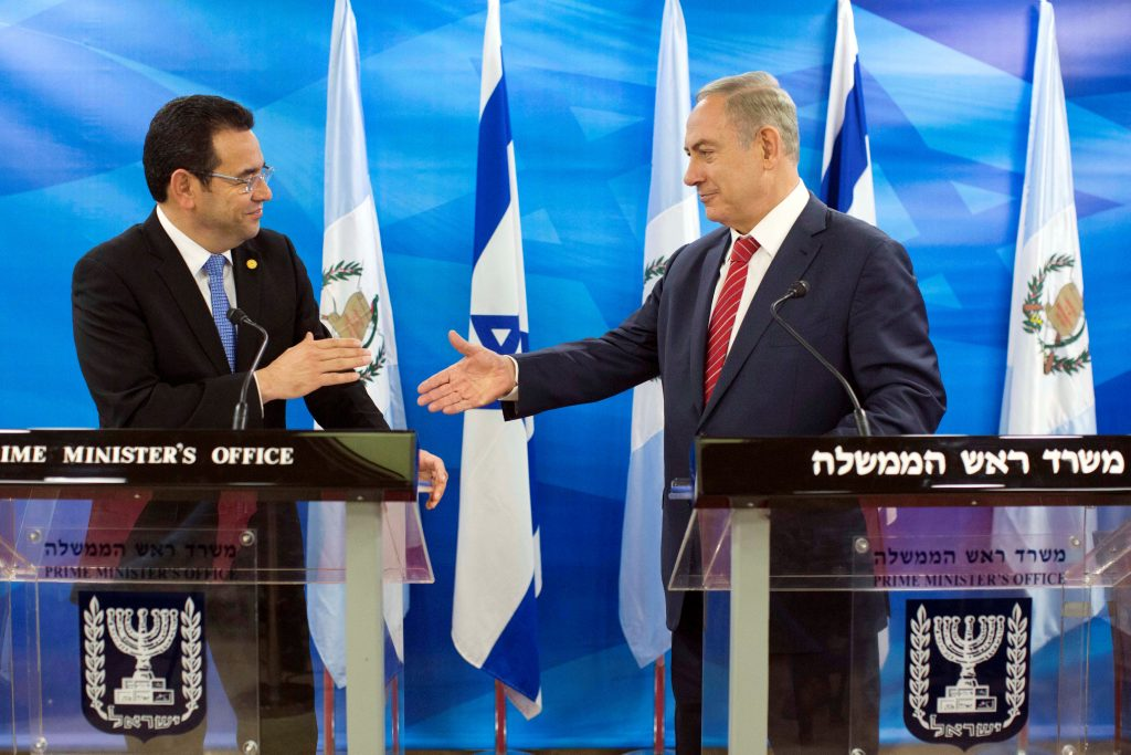 Guatemalan President Jimmy Morales (L) and Israeli Prime Minister Binyamin Netanyahu at their meeting in Yerushalayim on Tuesday. (Reuters/Abir Sultan/Pool)