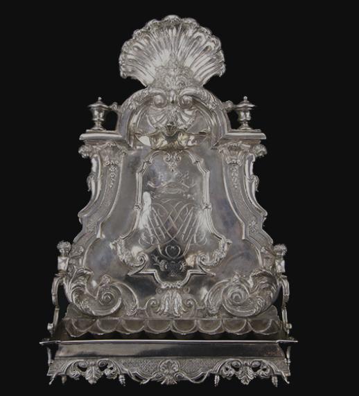 The antique menorah. (Venduehuis)