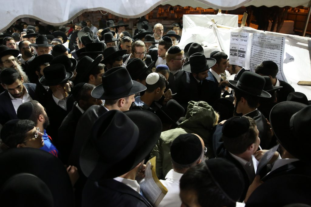 Tefillos at the kever of Harav Ovadia Yosef on Thursday night. (Yaakov Cohen/Flash90)