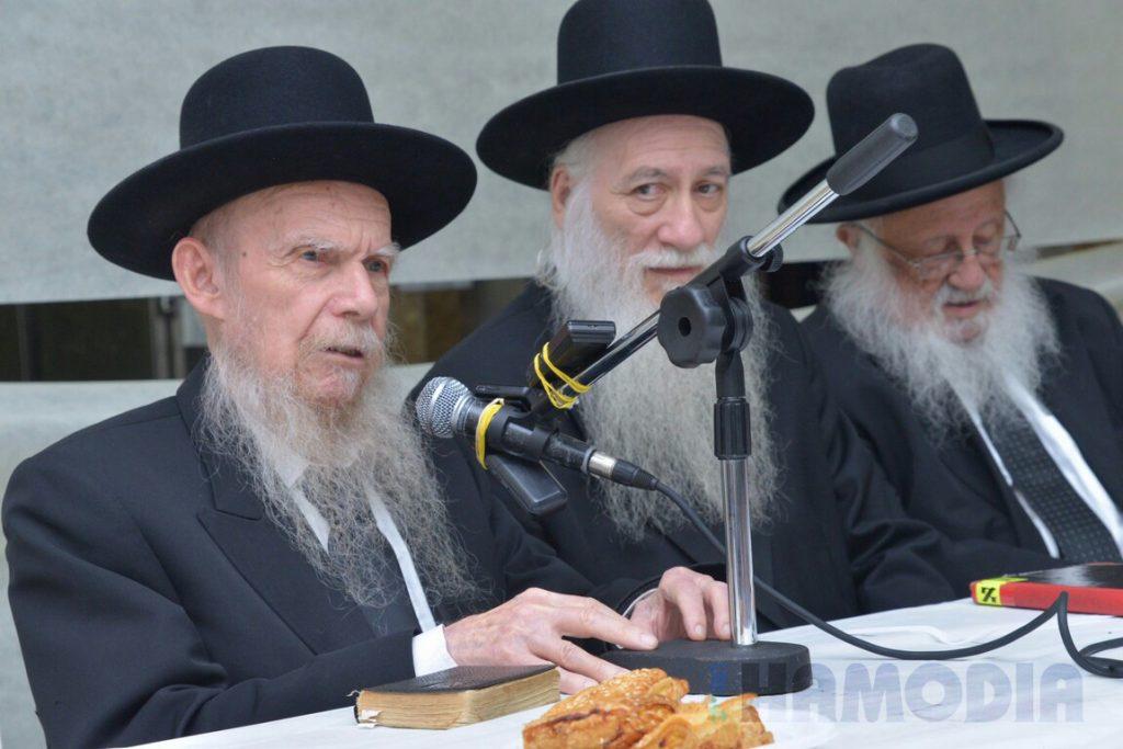 Hagaon Harav Gershon Edelstein, shlita, speaks at the siyum. Also seen, Harav Avraham Kaheneman (C) and Harav Baruch Dov Povarsky.