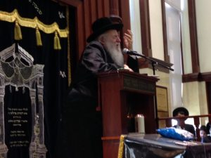 The Novominsker Rebbe, shlita, delivering a hesped at the levayah.