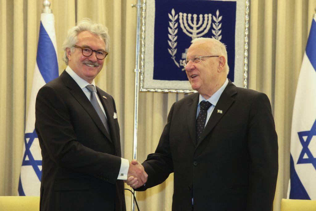 Norwegian Ambassador to Israel Jon Hanssen-Bauer (L) and President Reuven Rivlin. (Issac Harari/Flash90)