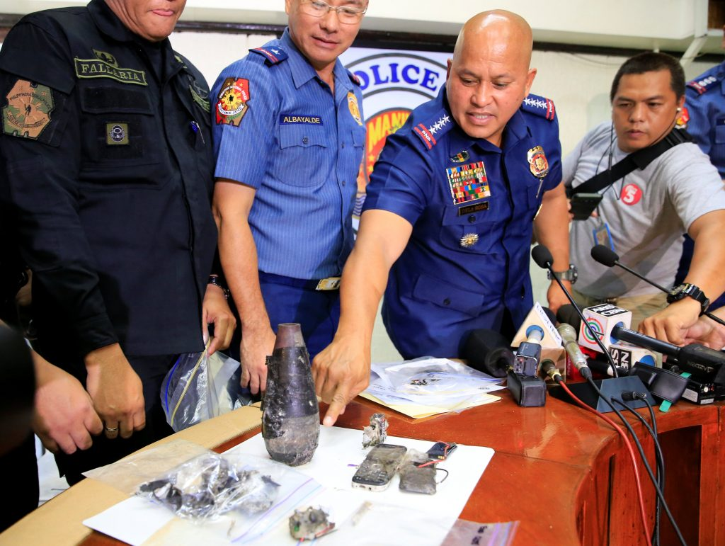Philippine National Police (PNP) chief Director General Ronald Dela Rosa points to parts of an Improvised Explosive Device (IED) found near the U.S Embassy with National Capital Region Police Office (NCRPO) chief superintendent Oscar Albayalde during a press conference at the Manila Police District (MPD) headquarters in metro Manila, Philippines November 28, 2016. REUTERS/Romeo Ranoco