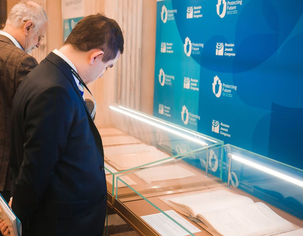 """Guests viewing the """"Anti-Semitism in the U.S.S.R. and Russia"""" exhibition. (Russian Jewish Congress / World Jewish Congress.)"""