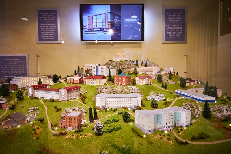 miniature replica of Jewish Moscow. It depicts the many educational institutions as well as shuls throughout the city. Based on what Chazal have said that when Moshiach will come all shuls will be transferred to Eretz Yisrael, the replica includes the third Beis Hamikdash.