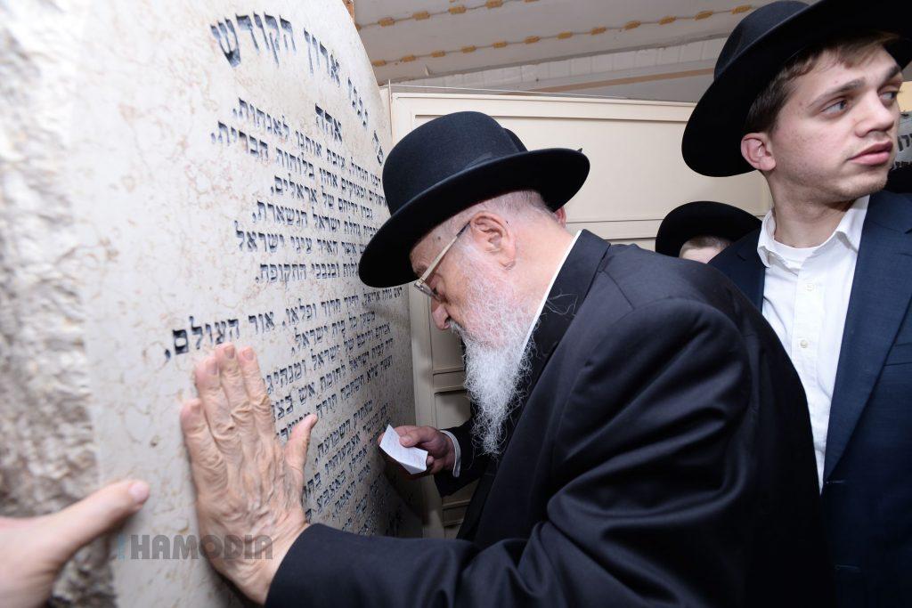 "Harav Meir Tzvi Bergamn, the son-in-law of Harav Elazar Shach, zt""l, davnes at the kever on Thursday. (JDN)"