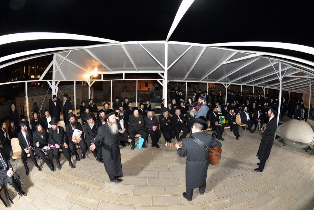 Harav Schmerler leads a heartfelt kumzitz, of dveikus and tefillah, on the roof of Aish HaTorah, overlooking the makom haMikdash.