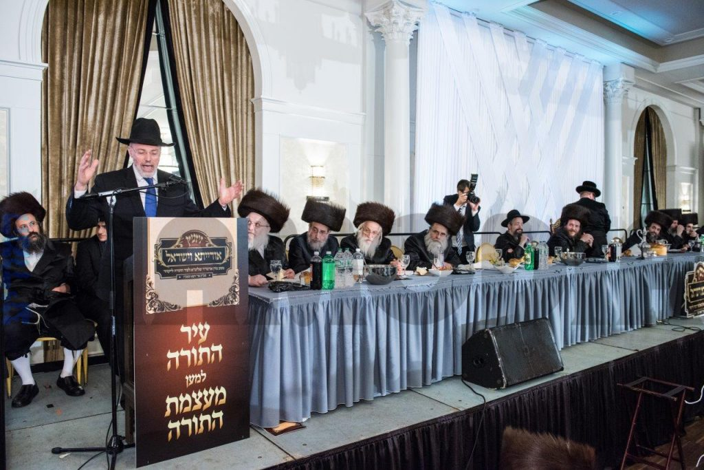 Rabbi Aron Kotler, administrator of the Lakewood yeshivah, speaks at the melaveh malkah. (JDN)
