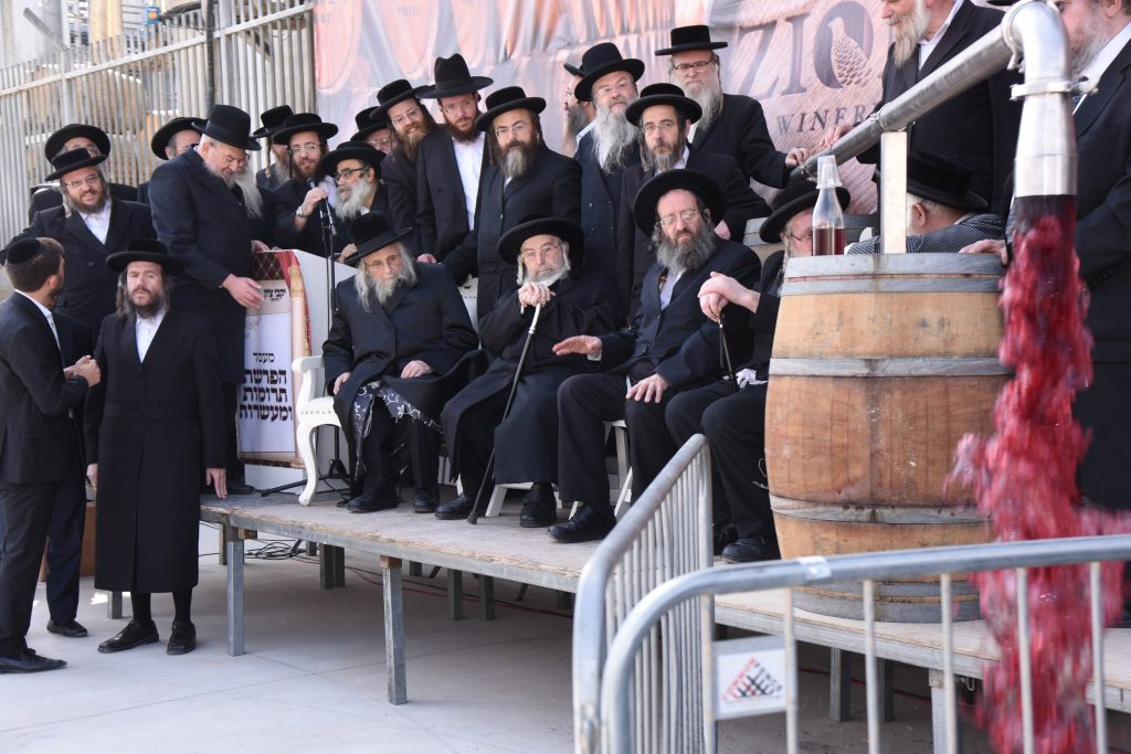 The dais of the Rabbanim at the event. The event was emceed by Rabbi Tuviah Freind (L).