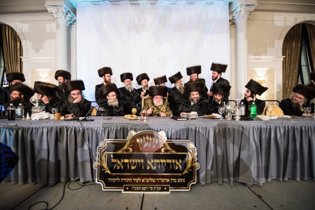 After leading a Shabbos in Lakewood, during his trip to America, the Vizhnitzer Rebbe, Harav Yisrael Hager, shlita, (C) presided over a gala melaveh malkah on behalf of the mosdos in Eretz Yisrael. (JDN)