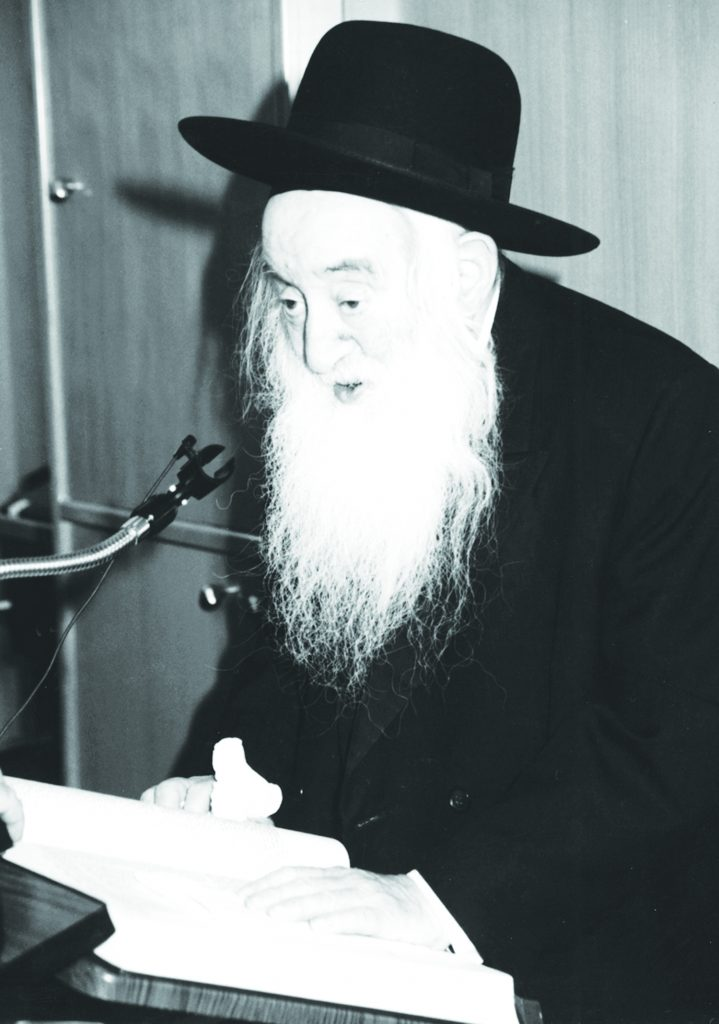 """Harav Nosson Wachtfogel, zt""""l, giving a shmuess in the yeshivah."""