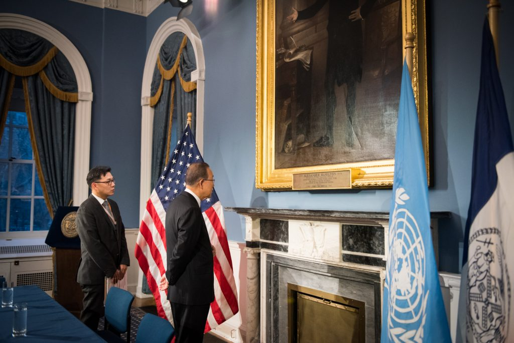 United Nations Secretary General Ban Ki-moon, who leaves office in about two weeks, on Tuesday looks at a painting in City Hall ahead of a meeting with Mayor Bill de Blasio. (Edwin J. Torres/Mayoral Photo Office)