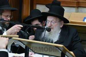 Harav Mattisyahu Salomon, shlita, being maspid the Rebbetzin. (Yakov Leitner/JDN)