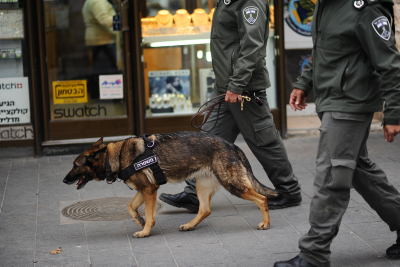 Israeli border policemen walk with their dog in central Jerusalem on December 18, 2015. Photo by Mendy Hechtman/Flash90 *** Local Caption *** ???? ??? ???? ???? ??????? ??? ??? ???
