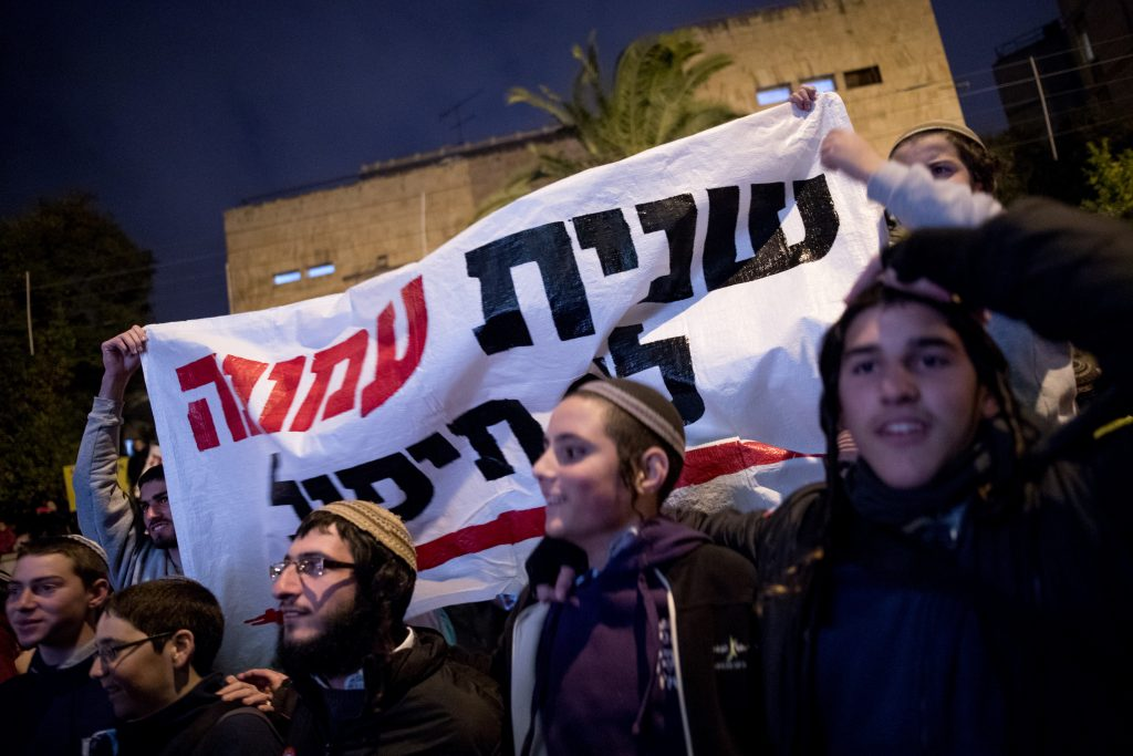 Residents of the Jewish settlement of Amona and supporters protest in front of the Prime Minister's House in Jerusalem against the planned evacuation of the settlenment, on December 13, 2016. Amona is an illegal Jewish settlement on private Palestinian owned land and is set to be evacuated. Photo by Yonatan Sindel/Flash90 *** Local Caption *** áðééä òîåðä ôéðåé äúðçìåú éäåãéí öòéøéí