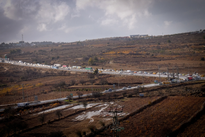 Cars stand in line for 2 km in a traffic jam stretching from Elazar to Gush Etzion, on December 14, 2016. Photo by Gershon Elinson/FLASH90