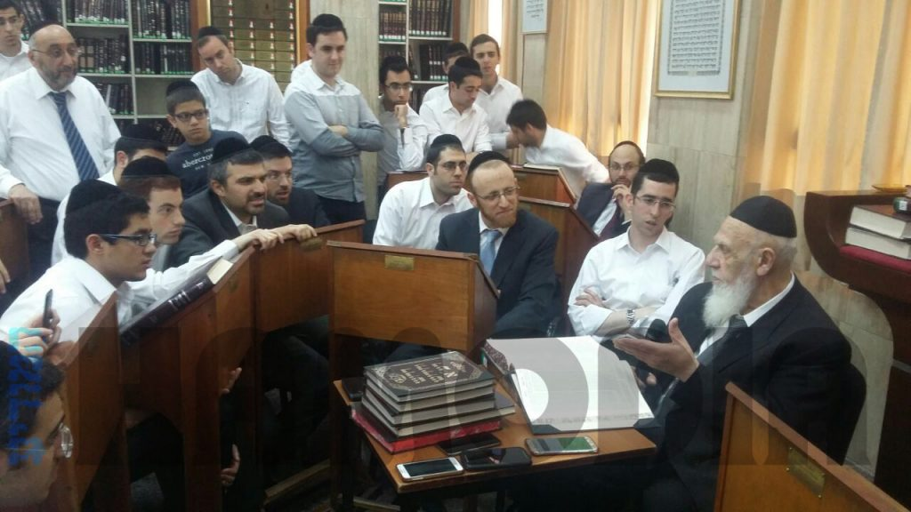 Hagaon Harav Shalom Cohen, shlita, Nasi of the Moetzet Chachmei HaTorah of Shas, traveled this week to Argentina on a chizuk visit. Harav Cohen delivers a shiur to local avreichim.