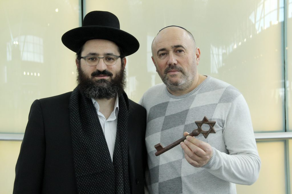 Rabbi Hillel Cohen and councilman Gregory Arshinov with the key to the shul.