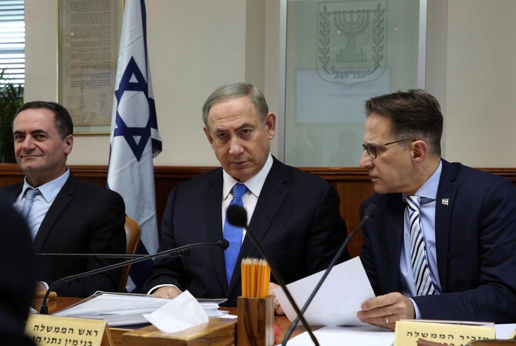 Israeli Prime Minister Binyamin Netanyahu (C) presiding over the weekly cabinet meeting on Sunday. (Reuters/Gali Tibbon/Pool)