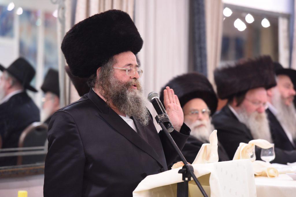 Harav Yitzchok Dovid Alter delivers the keynote address at the melaveh malkah. (Moshe Goldstein)